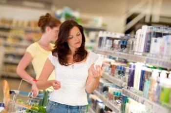 Người mua sắm trong cửa hàng bán lẻ điển hình
