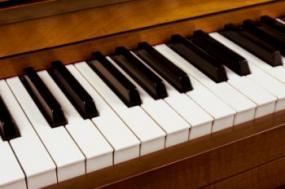 Chơi nhạc cụ tăng cường năng lượng âm thanh.