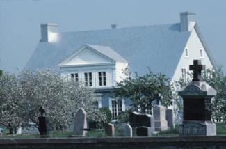 Nghĩa trang trước nhà