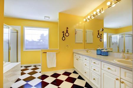 Phòng tắm màu vàng sáng