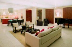 Phòng khách với trang trí màu đỏ