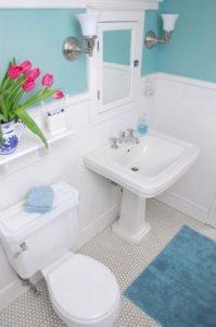 Trang trí phòng tắm màu xanh và trắng