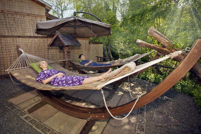 cặp vợ chồng trên võng trong vườn zen