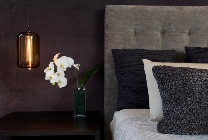 Phòng ngủ đơn sắc với hoa lan trắng