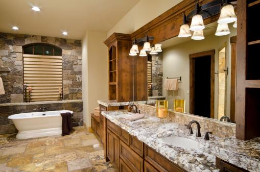 Phòng tắm màu nâu với quầy đá cẩm thạch