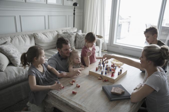 gia đình chơi game trên bàn cà phê