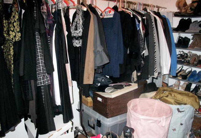 Tủ quần áo bừa bộn