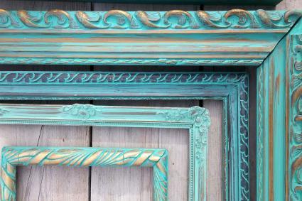 Khung gỗ màu xanh lá cây trang trí công phu