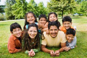 Gia đình nằm trên cỏ