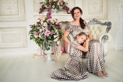 Mẹ và con gái trong chân dung gia đình