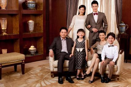 Mỉm cười chân dung gia đình trong thành phần tam giác