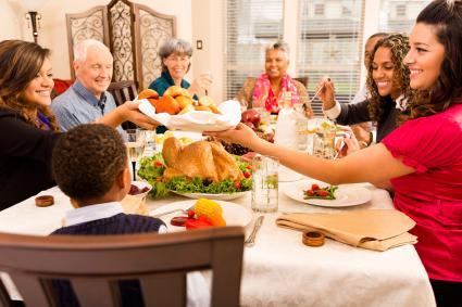 Bạn bè và gia đình ăn tối cùng nhau