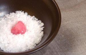 Làm sạch thạch anh hồng trong bát muối