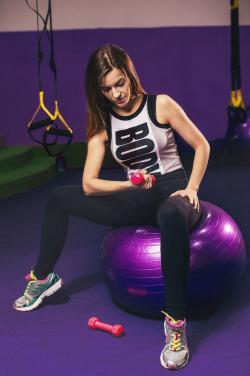 Phòng tập thể dục màu tím và xanh