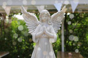 Tượng thiên thần trắng trong vườn