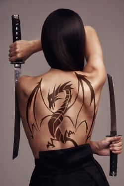 hình xăm rồng trên lưng người phụ nữ