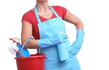 Bà nội trợ với thùng đựng dụng cụ vệ sinh trong tháng tư