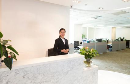 Nữ doanh nhân tại quầy lễ tân văn phòng