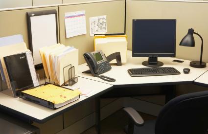 Máy tính và điện thoại cố định trong văn phòng