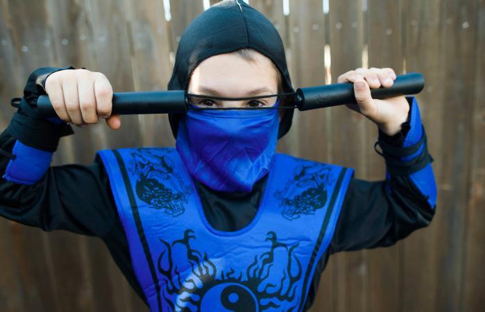 Cậu Bé Mặc Trang Phục Ninja