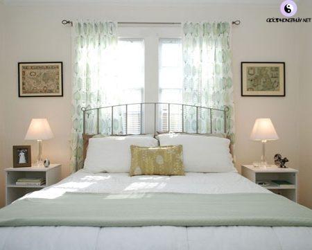 cửa sổ phía sau giường
