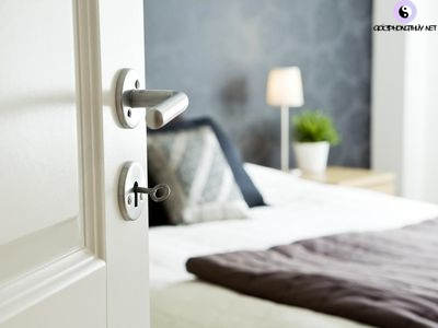 giường đối diện cửa chính