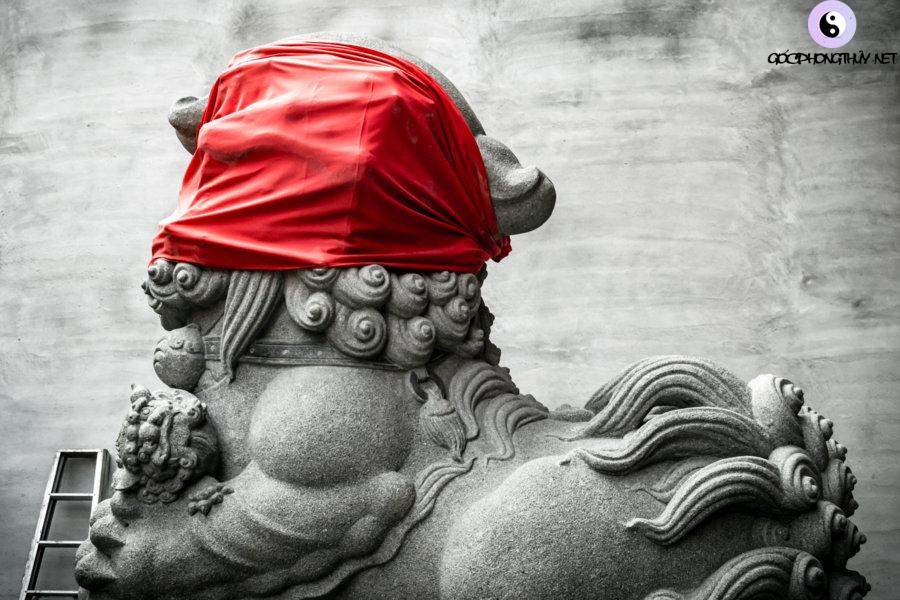 Một con sư tử đá ở Đền Thần Thành phố Puli vẫn bị bịt mắt cho đến khi việc cải tạo hoàn tất.