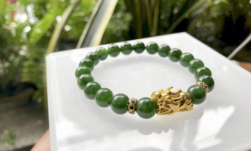 Vòng tay đá Ngọc Bích sang trọng, tinh tế phù hợp với các bạn nữ mệnh Mộc.
