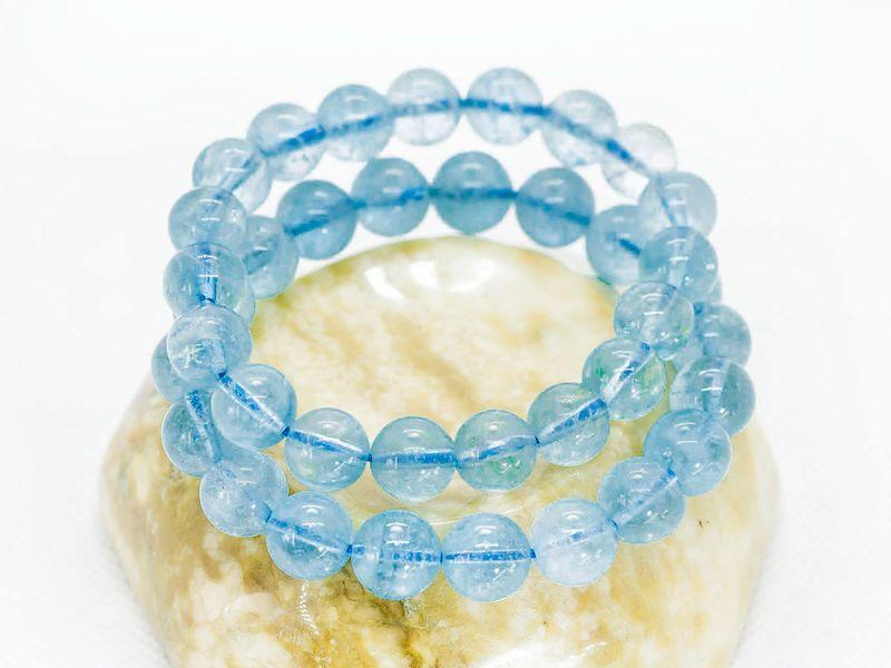 Mệnh Thủy đeo vòng màu gì? - Vòng đá Aquamarine đầy tinh tế sẽ phù hợp với người mệnh Thủy.