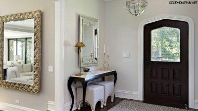 treo gương gần cửa tước